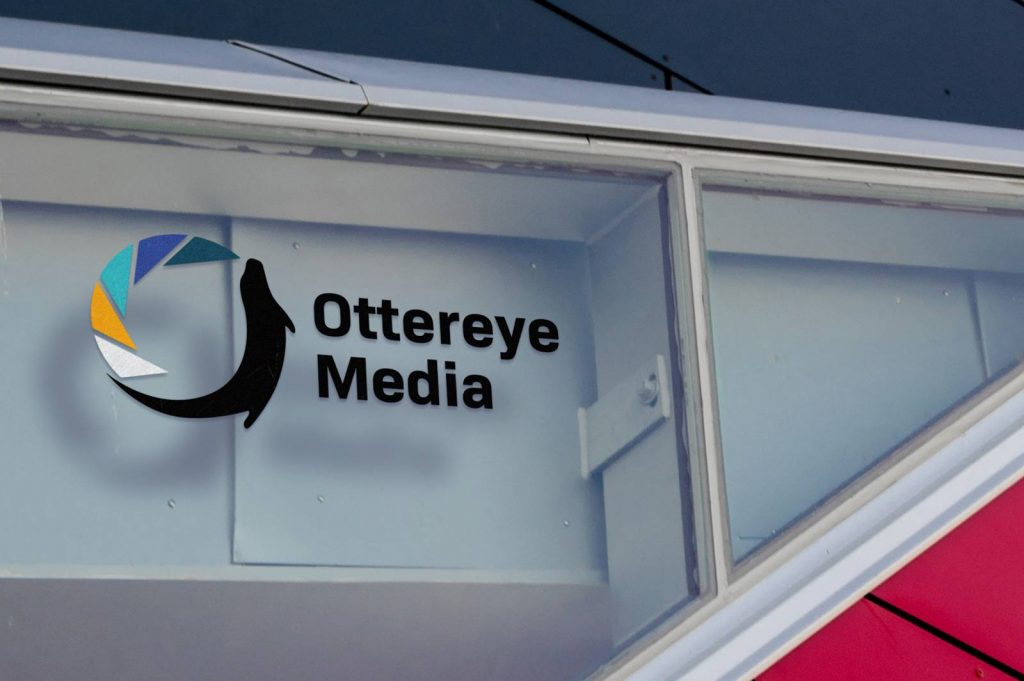 Ottereye Media - Logo auf Fenster